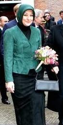Dit keer donkergroen, de first lady is niet van de opvallende kleuren.